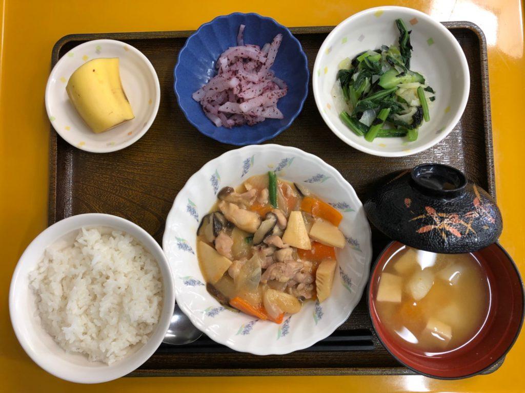 今日のお昼ごはんは、鶏肉のみそ炒め、焼きのり和え、ゆかり大根、みそ汁、果物でした。