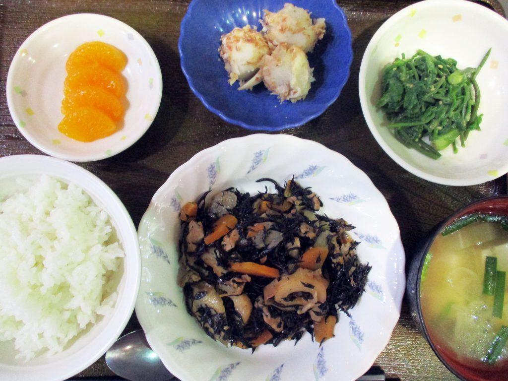 きょうのお昼ごはんは、磯炒め・こしあぶらのごま和え・里芋のおかかぽん酢和え・みそ汁・くだものでした。