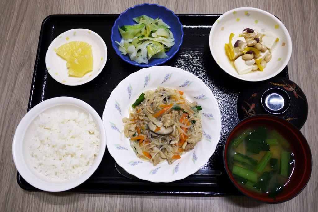 きょうのお昼ごはんは、豚肉と春雨の中華煮・まめまめサラダ・おひたし・みそ汁・くだものでした。