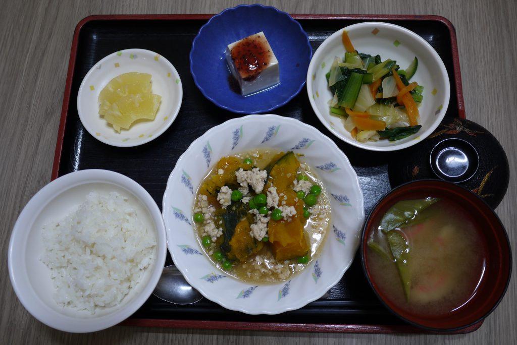 きょうのお昼ごはんは、かぼちゃのそぼろあん、和え物、梅香味奴、みそ汁、くだものでした。