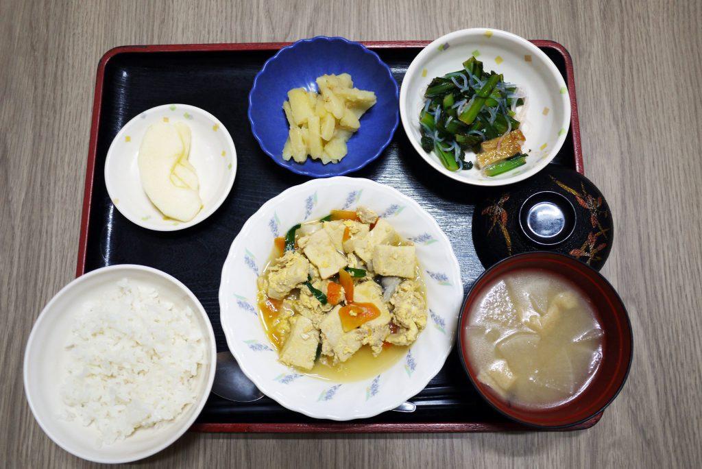 きょうのお昼ごはんは、ツナと高野豆腐の卵とじ・小松菜の梅和え・じゃがいもきんぴら・みそ汁・くだものでした。