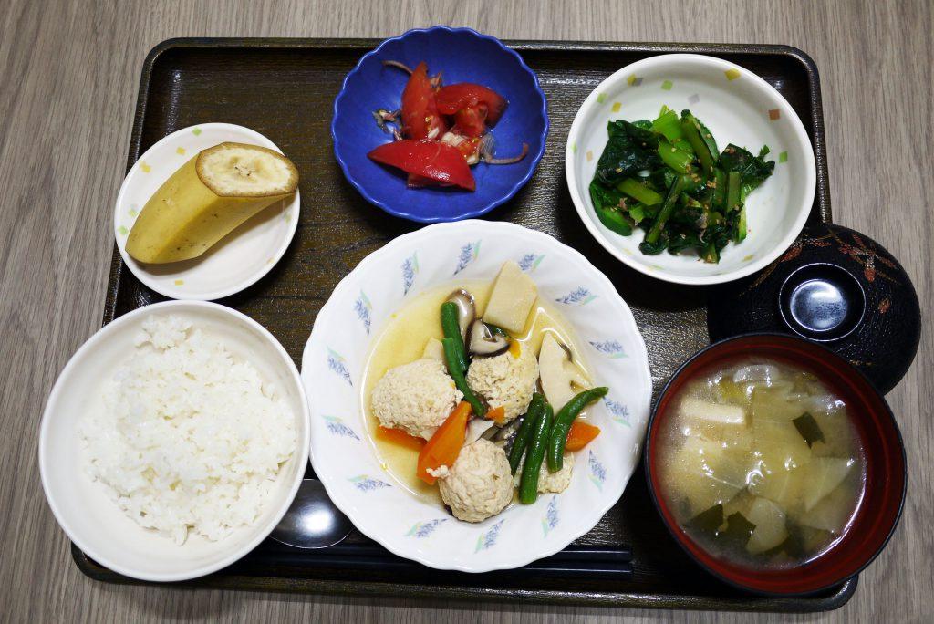 きょうのお昼ごはんは、鶏団子の若竹煮・青菜の旨味和え・さっぱりトマト・みそ汁・くだものでした。