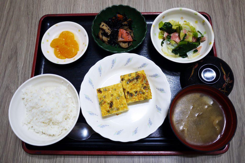 きょうのお昼ごはんは、鶏そぼろとじゃがいもの和風オムレツ・甘酢和え・ひじき煮・みそ汁・くだものでした。