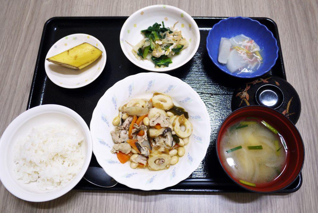 きょうのお昼ごはんは、五目大豆・煮浸し・くずあん・みそ汁・くだものでした。