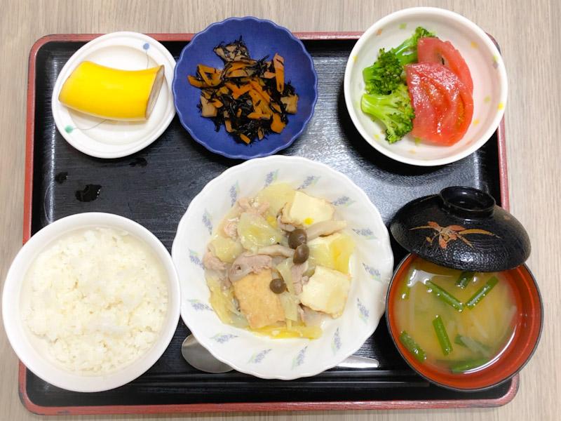 今日のお昼ごはんは、厚揚げとキャベツの塩炒め、ごま和え、含め煮、みそ汁、果物でした。