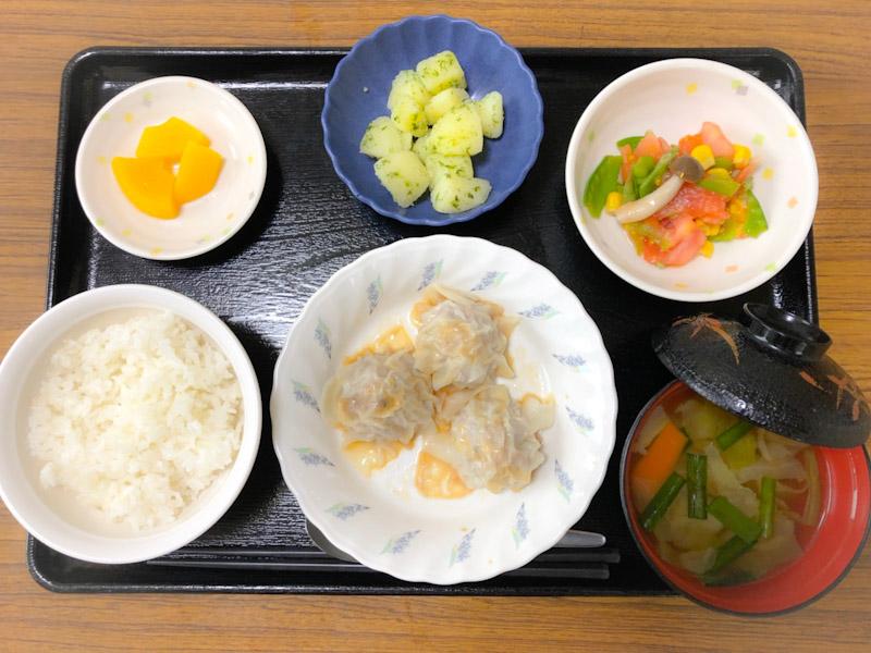 今日のお昼ごはんは、シューマイ、トマトの中華和え、青のりポテト、スープ、果物でした。