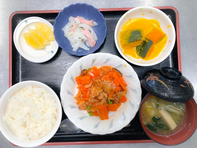 今日のお昼ごはんは、ポークチャップ、大根サラダ、かぼちゃミルク煮、みそ汁、果物でした。