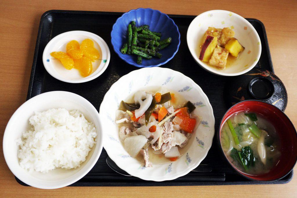 きょうのお昼ごはんは、和風ポトフ・いんげんのごま和え・厚揚げ含め煮・みそ汁・くだものでした。