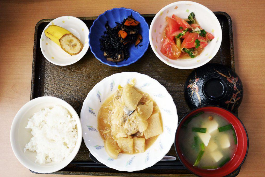 きょうのお昼ごはんは、鯖と大根の煮つけ、トマトとみょうがの和風サラダ、煮物、みそ汁、くだものでした。