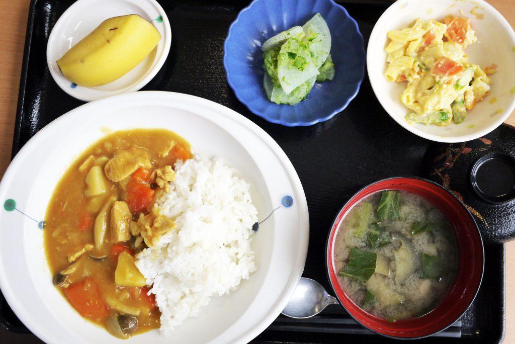 きょうのお昼ごはんは、カレーライス・卵サラダ・大根のおろしきゅうり和え・みそ汁・くだものでした。