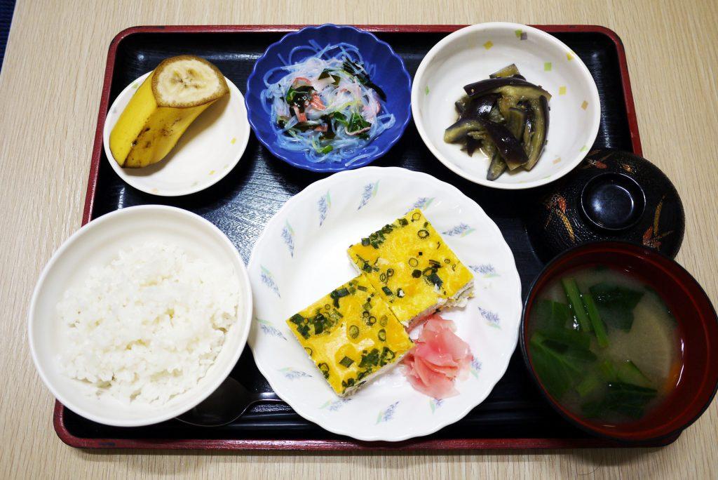 きょうのお昼ごはんは、挽肉のしぐれ蒸し、春雨サラダ、なすのごま和え、みそ汁、くだものでした。