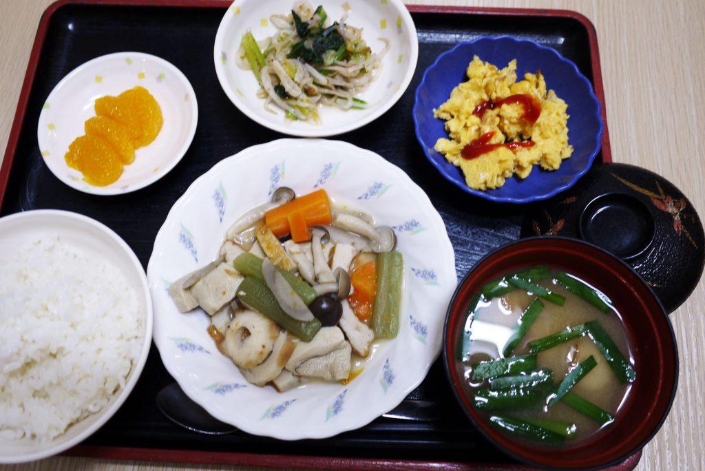 きょうのお昼ごはんは、炊き合わせ、梅和え、炒り卵、みそ汁、果物でした。