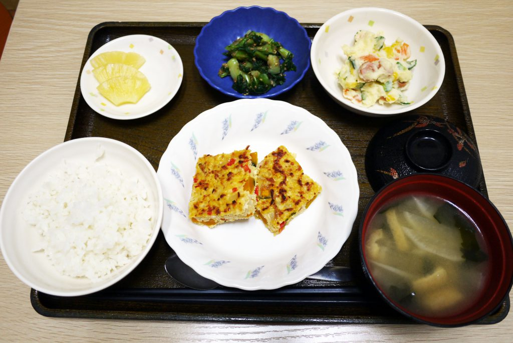 きょうのお昼ごはんは、カラフルハンバーグ、ポテトサラダ、和え物、みそ汁、果物でした。