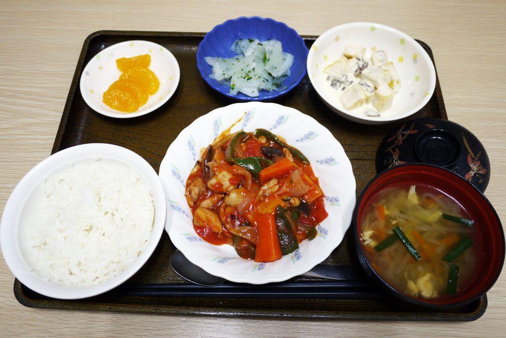 きょうのお昼ごはんは、鶏肉のトマト煮、甘ずっぱおさつサラダ、浅漬け、みそ汁、果物でした。