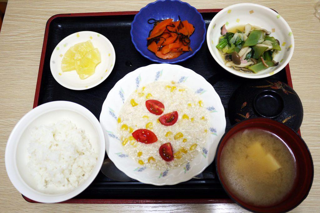 きょうのお昼ごはんは、挽肉とコーンのクリーム煮、人参の塩昆布和え、サラダ、みそ汁、果物でした。