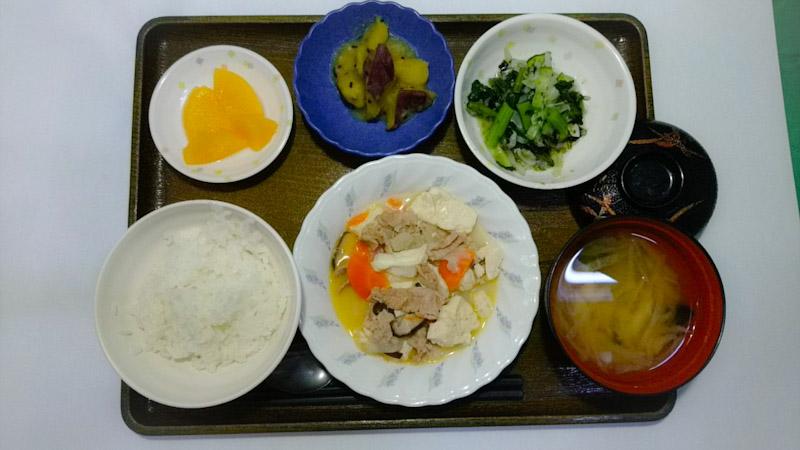 今日のお昼ご飯は、 肉豆腐、焼きのり和え、大学芋煮、みそ汁、くだものでした。