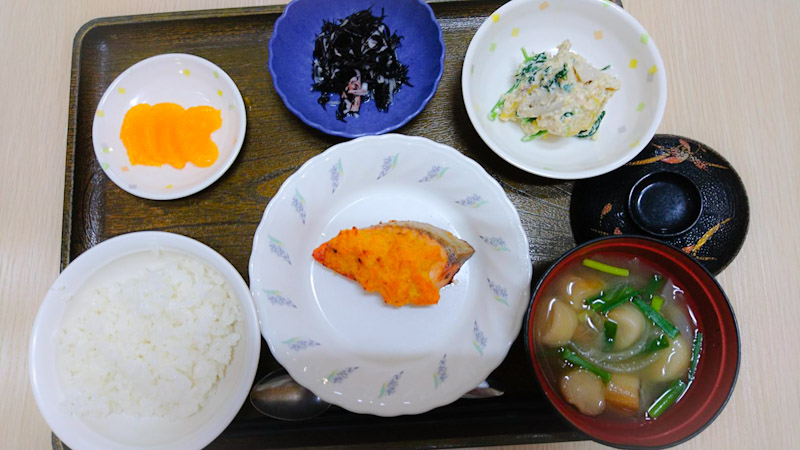 今日のお昼ご飯は 焼き魚、白和え、ひじきの酢味噌和え、みそ汁、くだものでした