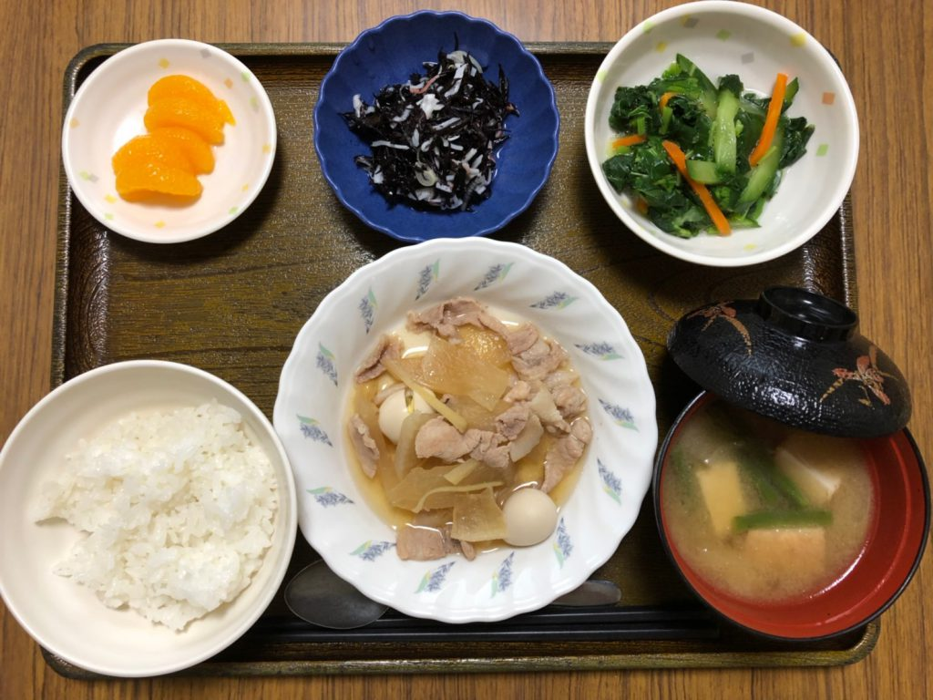 今日のお昼ごはんは、豚肉と大根のこってり煮、わさび和え、ひじきの酢の物、みそ汁、果物した。