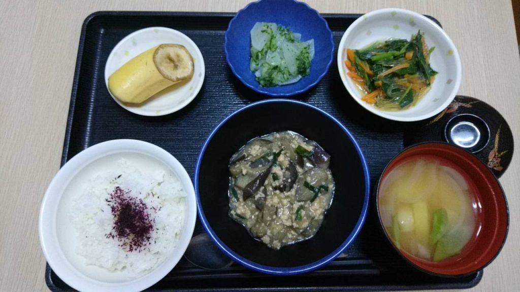 今日のお昼ご飯は なすの鶏みそあん、和え物、おろしきゅうり和え、みそ汁、くだものでした。