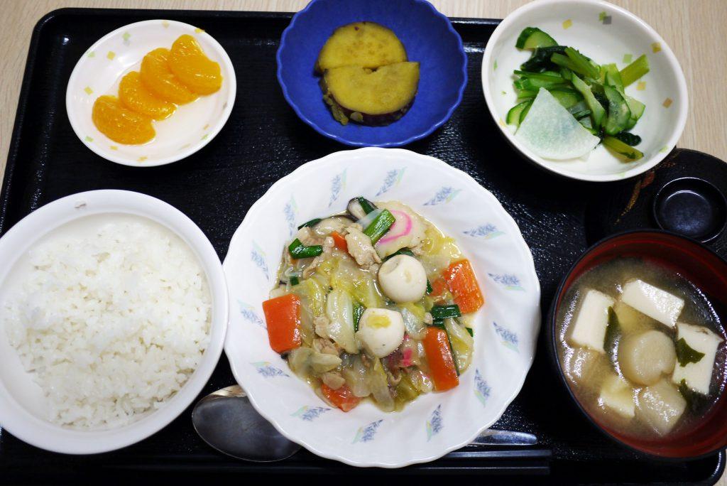 きょうのお昼ごはんは、八宝菜、生姜和え、さつま芋煮、みそ汁、果物でした。