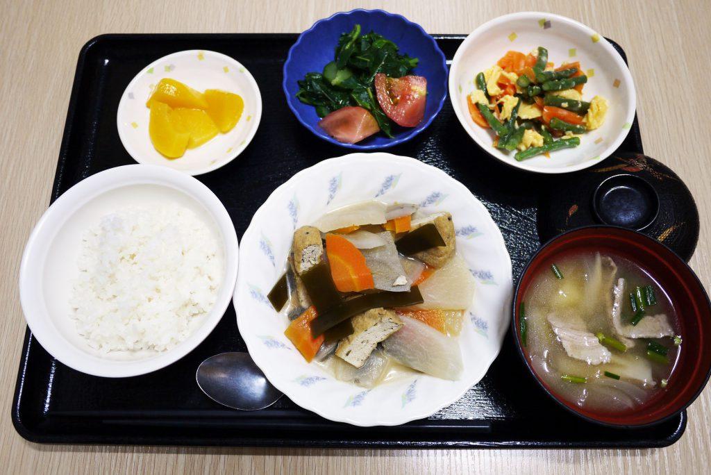 きょうのお昼ごはんは、がんもと根菜の含め煮、サラダ、和え物、豚汁、果物でした。