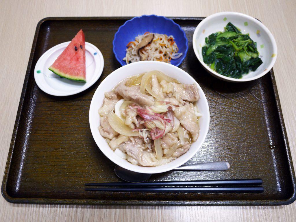 きょうのお昼ごはんは、あったかい肉うどん、つるつる和え、大根なます、果物でした。