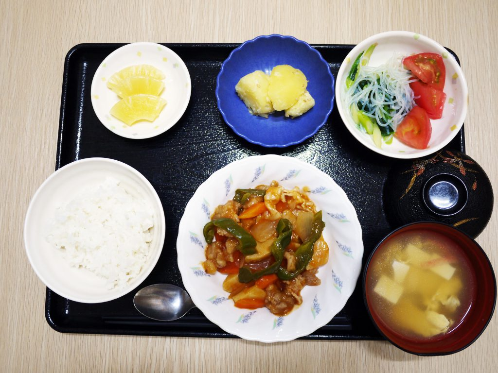 きょうのお昼ごはんは、酢豚、トマトの中華和え、粉ふき芋、みそ汁、果物でした。