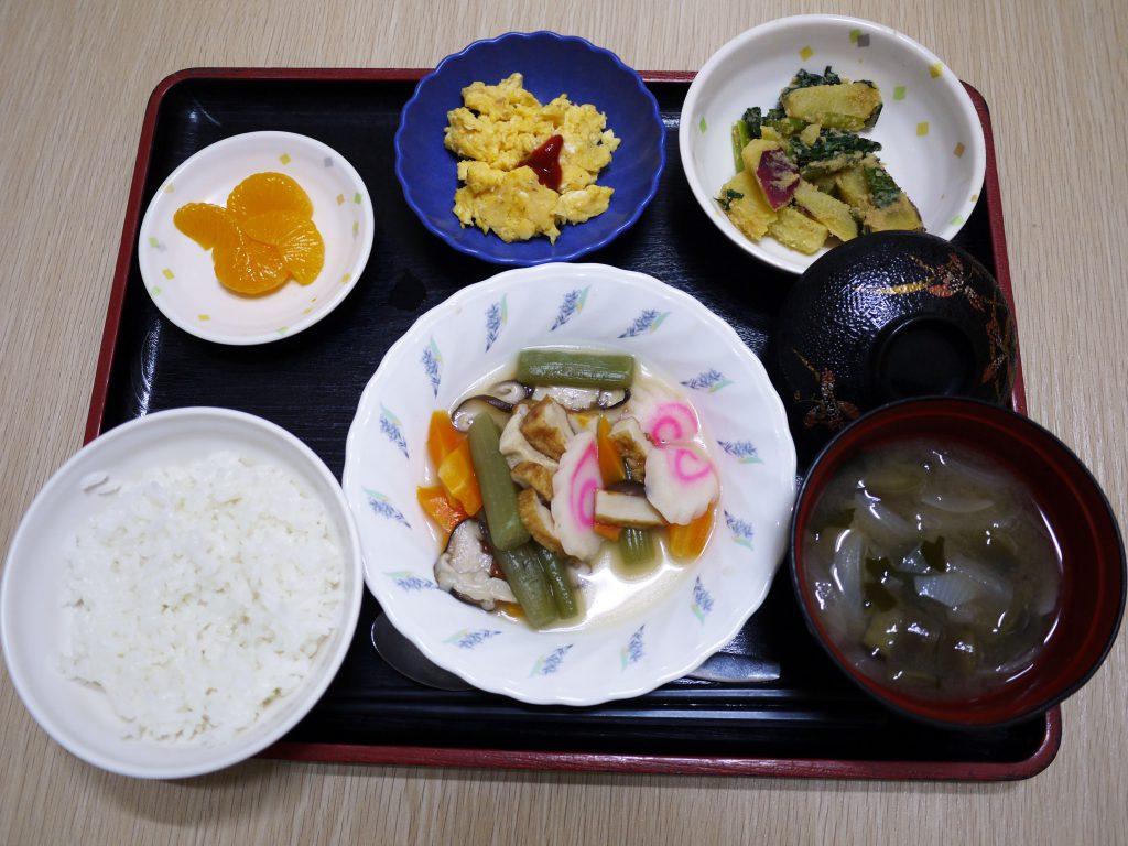 きょうのお昼ごはんは、炊き合わせ、酢みそ和え、炒り卵、みそ汁 果物でした。