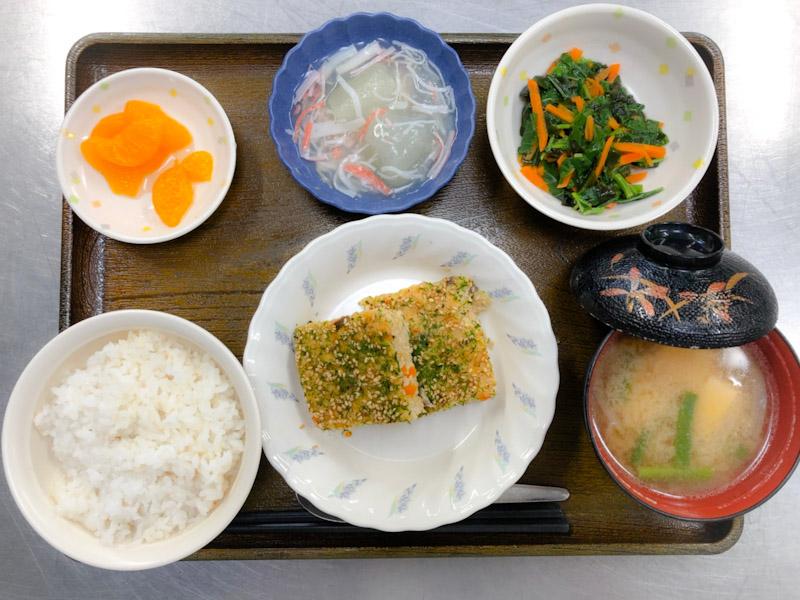 今日のお昼ごはんは、松風焼き、わかめ和え、冬瓜のくずあん、みそ汁、果物でした。