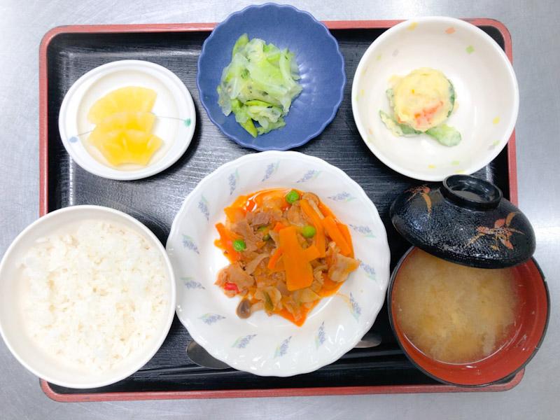 今日のお昼ごはんは、ポークチャップ、ポテトサラダ、和え物、みそ汁、果物でした。