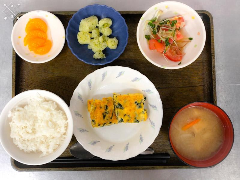 今日のお昼ごはんは、和風チーズオムレツ、トマトとみょうがのサラダ、のり塩ポテト、みそ汁、果物でした。