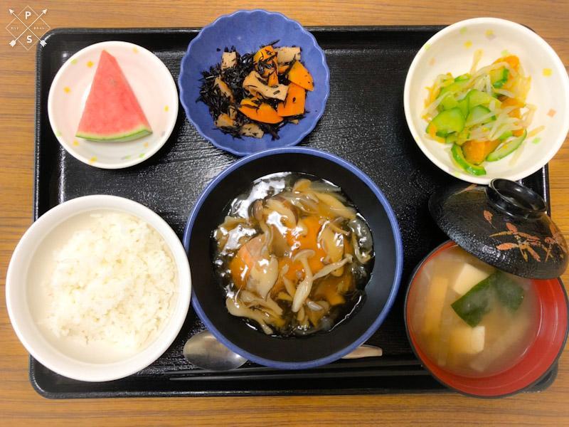 今日のお昼ごはんは、蒸し鮭のきのこソース、かぼちゃのナムル、ひじき和え、みそ汁、果物でした。