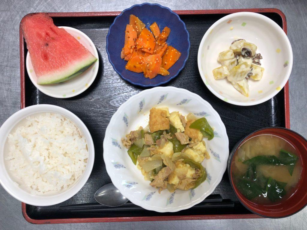 今日のお昼ごはんは、厚揚げとピーマンのカレー炒め、甘ずっぱおさつサラダ、粒マスタード和え、みそ汁、果物でした。