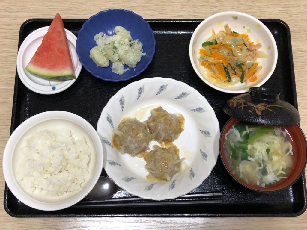 今日のお昼ごはんは、シューマイ、春雨の中華炒め、のり塩ポテト、みそ汁、果物でした。