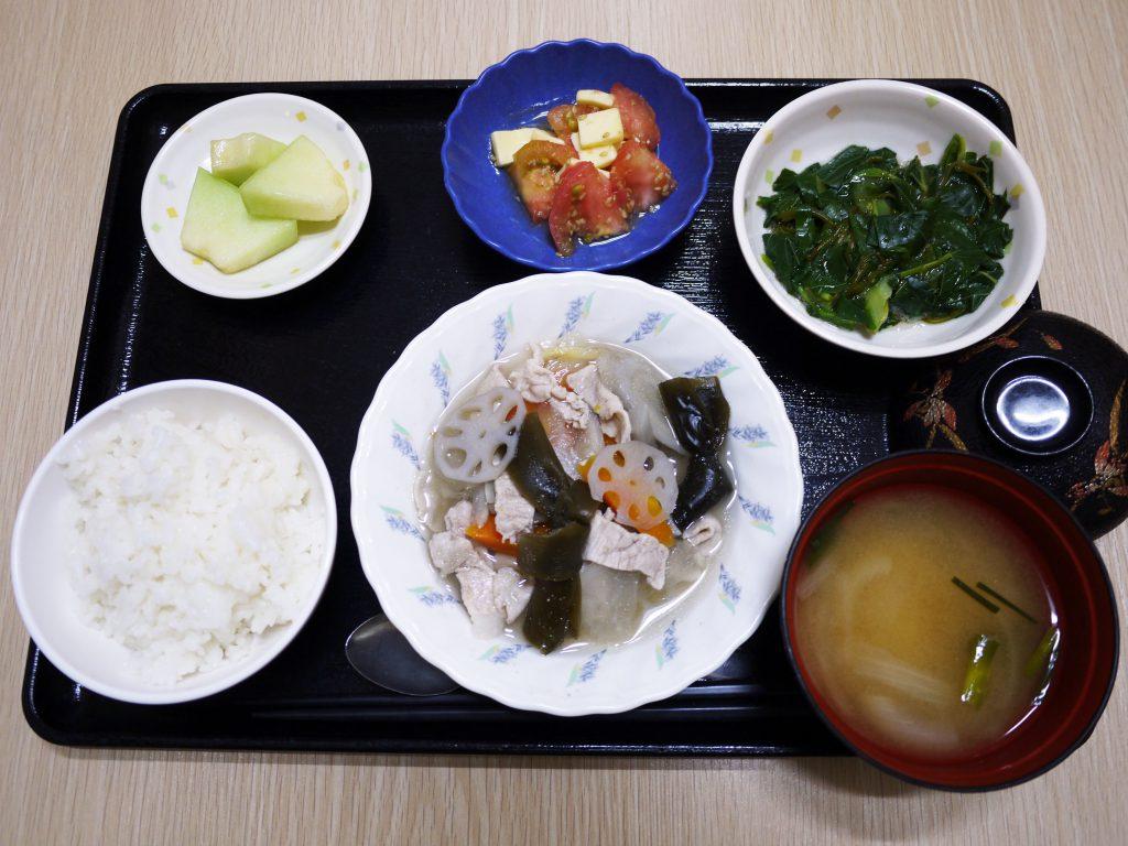 きょうのお昼ごはんは、和風ポトフ、青菜和え、トマトとチーズのごま和え、みそ汁、果物でした。