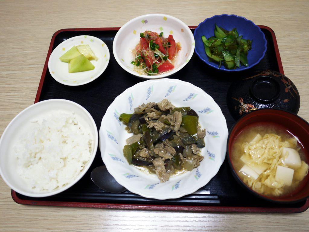 きょうのお昼ごはんは、なすと豚肉の鍋しぎ、トマトとみょうがのサラダ、めかぶ和え、みそ汁、果物でした。