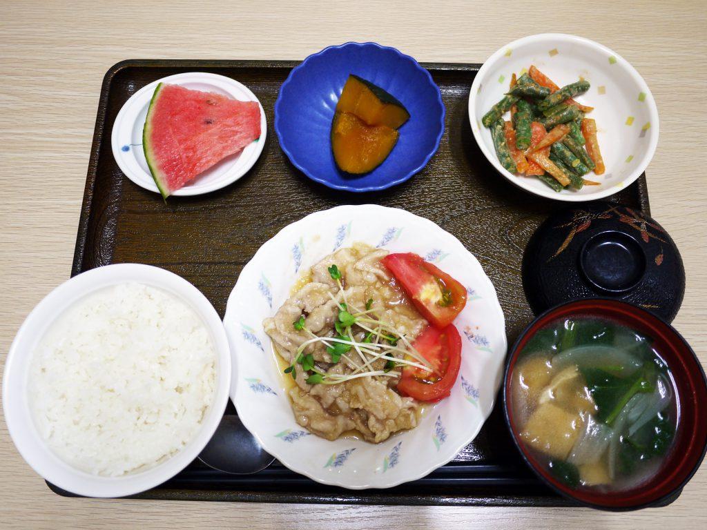 きょうのお昼ごはんは、豚肉のポン酢がけ、ごま和え、かぼちゃ煮、みそ汁、果物でした。