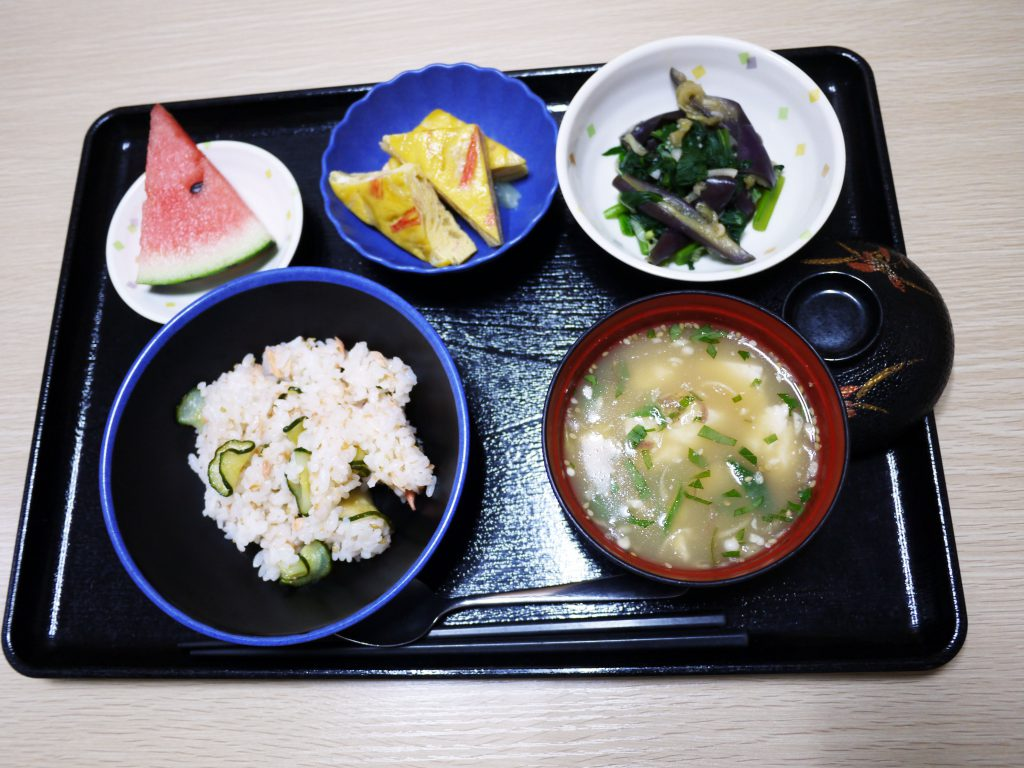 今日のお昼ごはんは、鮭ときゅうりの混ぜずし、卵焼き、薬味和え、豆腐の冷汁、果物でした。