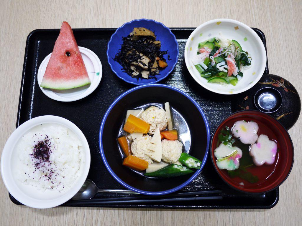 きょうのお昼ごはんは、つくね煮、ところ天和え、含め煮、お吸い物、果物でした。