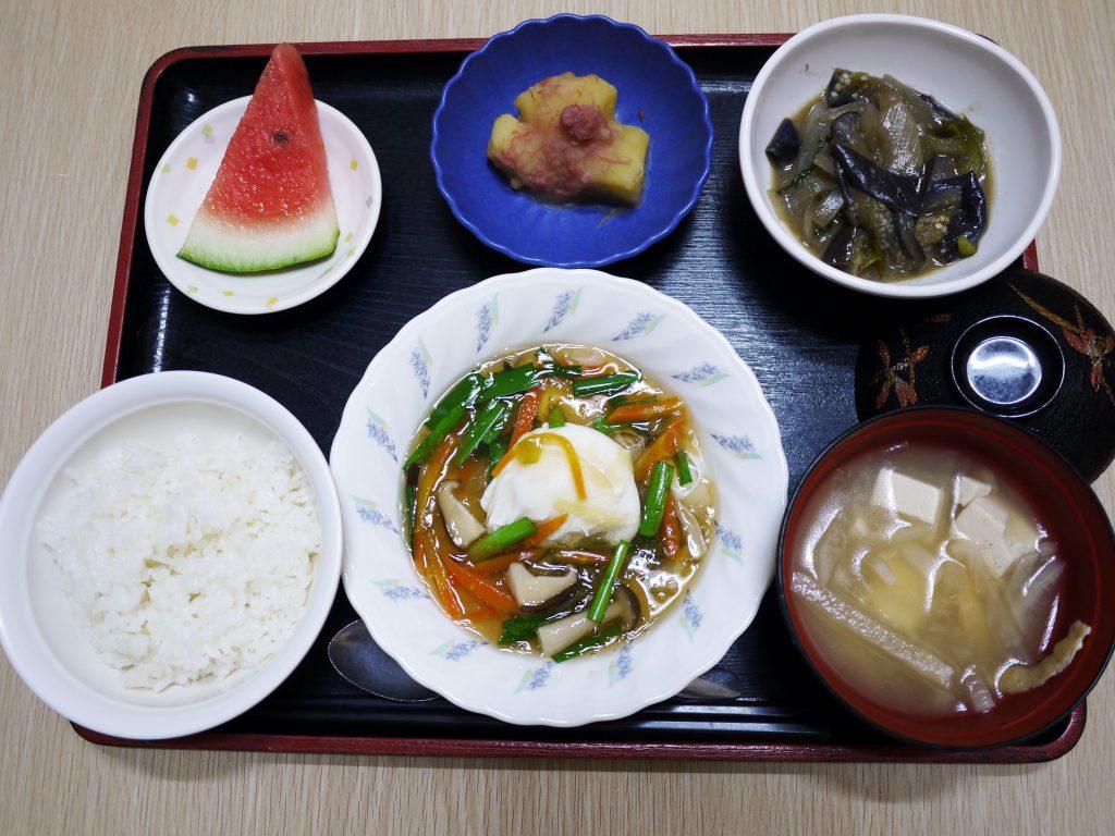 今日のお昼ごはんは、落とし卵の野菜あんかけ、なべしぎ、じゃがコンビーフ、みそ汁、果物でした。