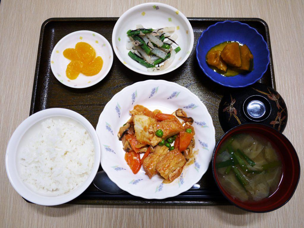 きょうのお昼ごはんは、鶏肉と厚揚げのケチャップ炒め、和え物、かぼちゃミルク煮、みそ汁、果物でした。