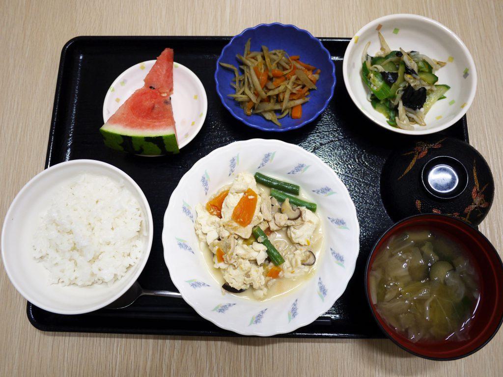 きのうのお昼ごはんは、炒り豆腐、焼きのり和え、きんぴら、みそ汁、果物でした。