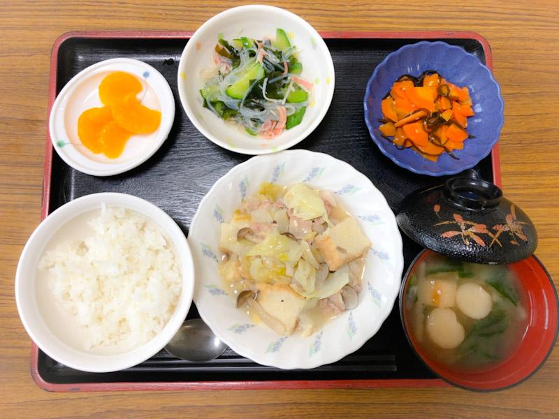 今日のお昼ごはんは、キャベツと厚揚げの塩炒め、サラダ、人参の昆布和え、みそ汁、果物でした。
