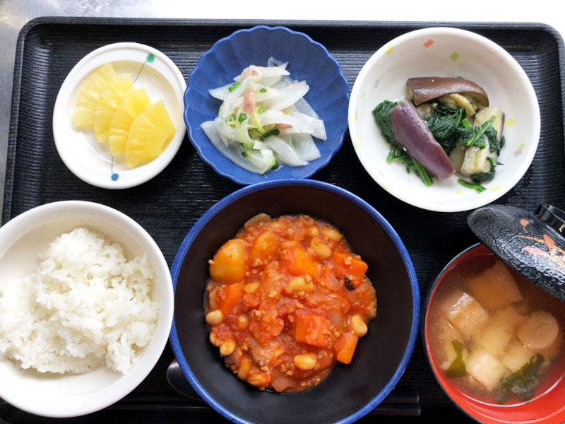 きょうのお昼ごはんは、ポークビーンズ、大根サラダ、浅漬け、みそ汁、果物でした。