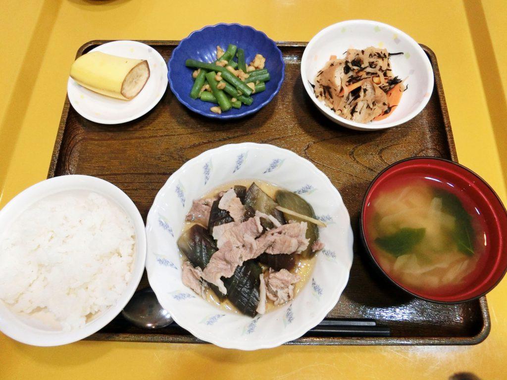 きのうのお昼ごはんは、なすと豚肉の生姜煮・炒め煮・いんげんの天かす和え・みそ汁・くだものでした。