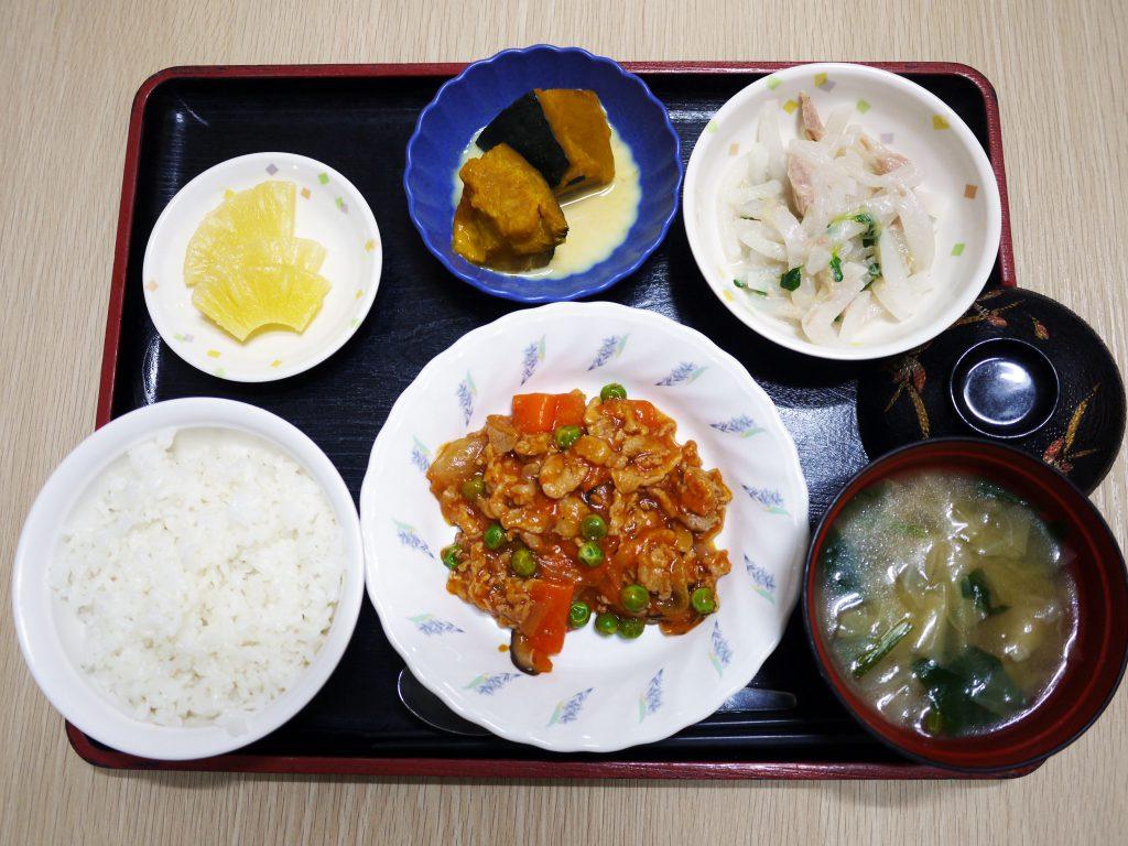 きょうのお昼ごはんは、ポークチャップ・大根サラダ・かぼちゃミルク煮・みそ汁・くだものでした。