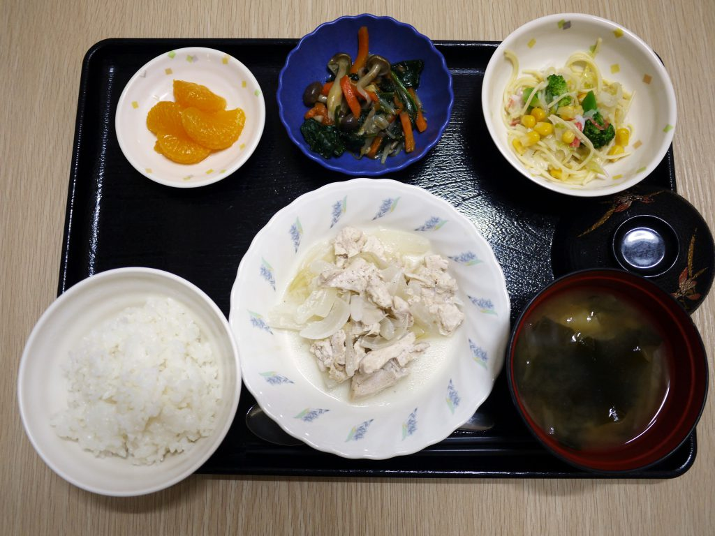 きょうのお昼ごはんは、鶏肉のレモン蒸し・サラダ・コンソメソテー・みそ汁・くだものでした。