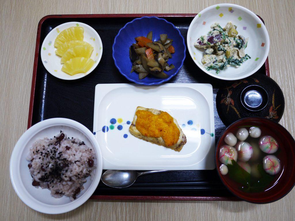 きょうのお昼ごはんは、敬老お祝いお赤飯・焼き魚・白和え・きんぴら・お吸い物・くだものでした。