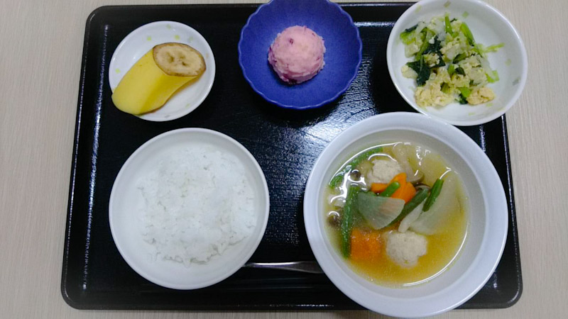 きょうのお昼ごはんは、肉団子と野菜のスープ煮、しば漬けポテト、あえもの、くだものでした。