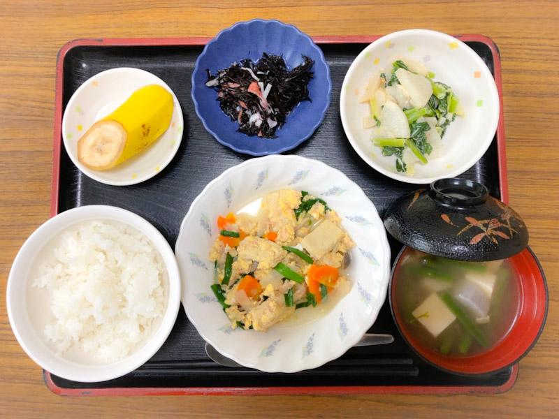 今日のお昼ごはんは、ツナと高野豆腐の卵とじ、和え物、ひじきの酢の物、みそ汁、果物でした。